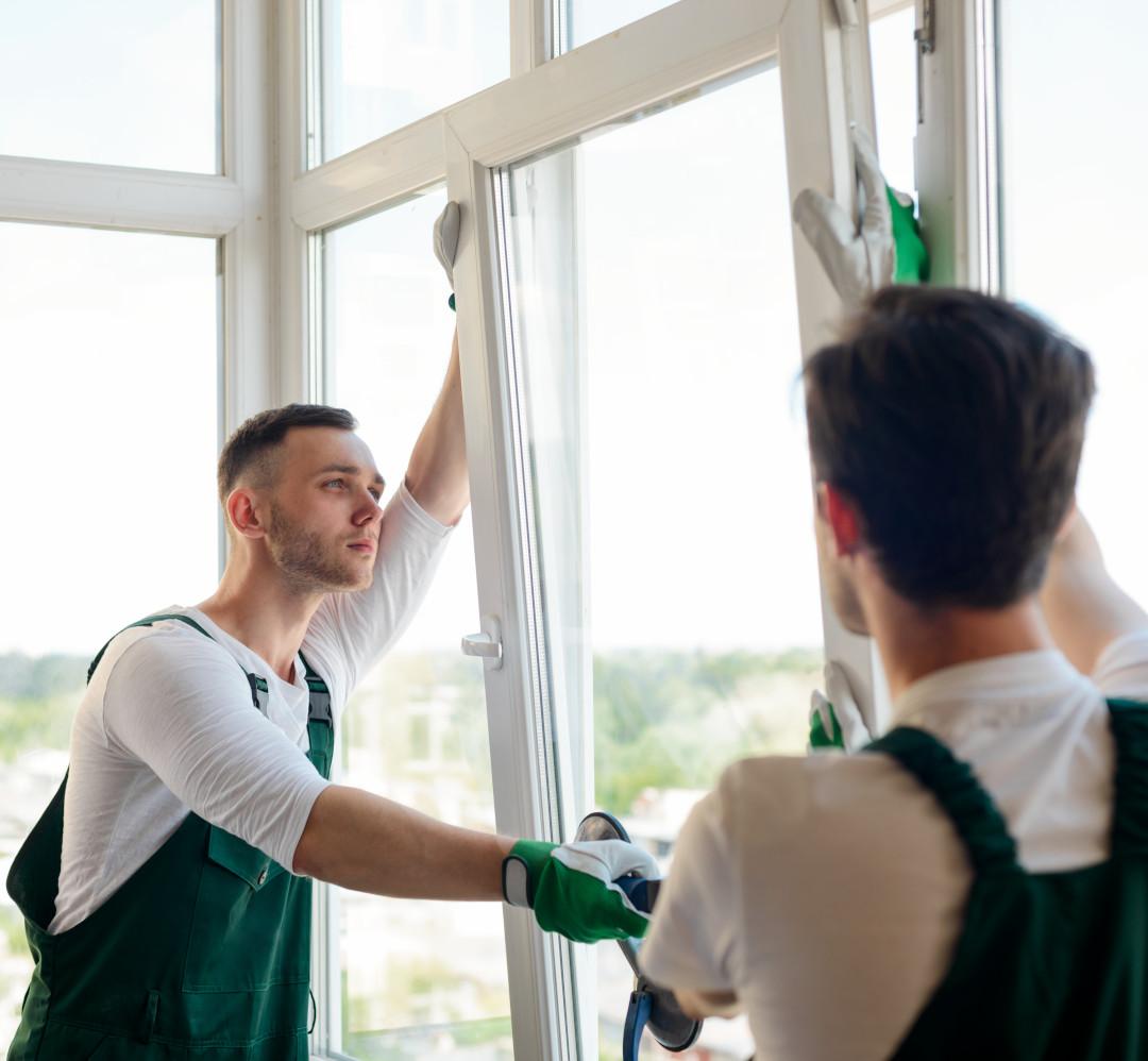 мастера ремонтируют пластиковое окно